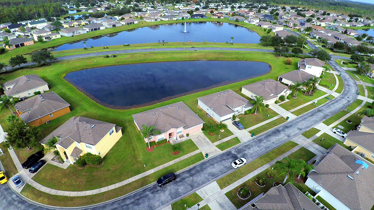 Aerial view of a Florida residential community of houses surrounding a man-made lake